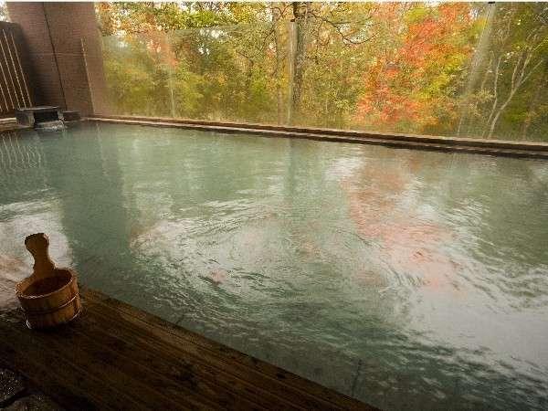 秋色に染まる紅葉が美しい「森の天空露天風呂」