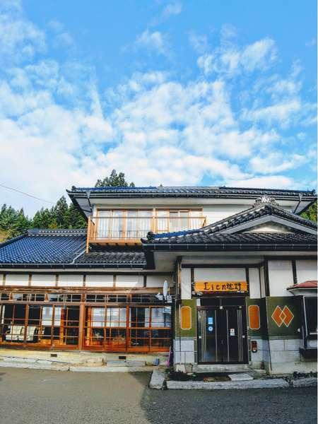 築63年の古民家、広い縁側と高い天井の和室でリラックスできます。
