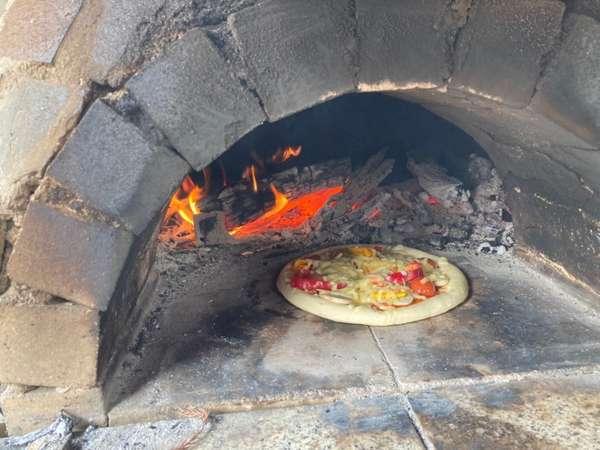 本格ピザ窯ができます。夏にはバジル、トマトを収穫してトッピングができます。