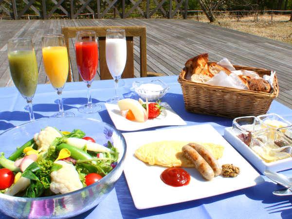 【1泊朝食】朝はウッドデッキでご朝食♪♪焼きたてのパンと山盛りサラダなど地元食材をご堪能(^^♪