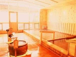 ひのき、ひばを使った木のぬくもりを感じられる内風呂。(源泉100%かけ流しのお風呂です。)