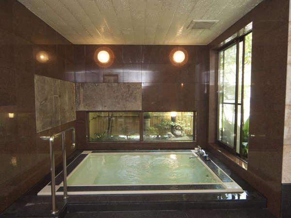 大浴場の窓からは、情緒ある日本庭園をご覧いただけます。