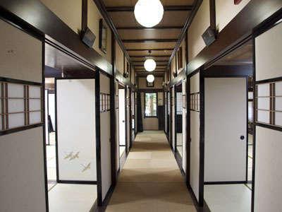 宴会場、食事場所が並ぶ廊下のようすです。