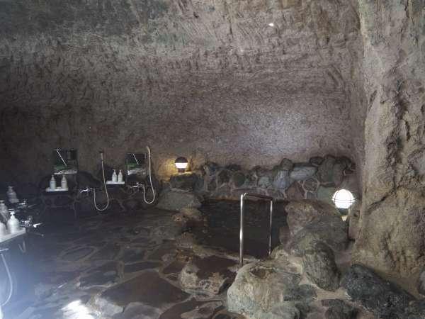 民宿わたなべ自慢の洞窟風呂です。とても神秘的ですよ。