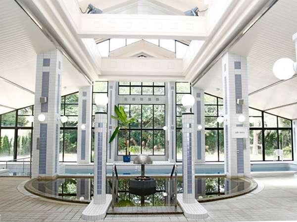 大きな窓から柔らかな陽光が差し込むスパ施設。屋内ながらも開放感のある空間でリフレッシュ。