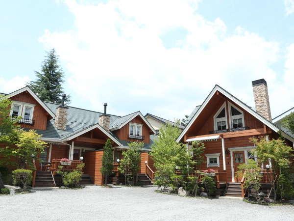 【ログコテージ 外観】緑に囲まれたテラス付一戸建て貸別荘コテージです♪