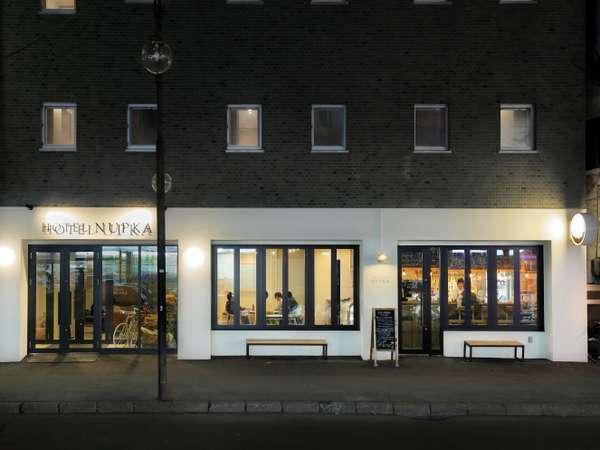 ホテル1Fのカフェ/BARは大きな開口部で、街の賑わいを感じながらおくつろぎいただけます。