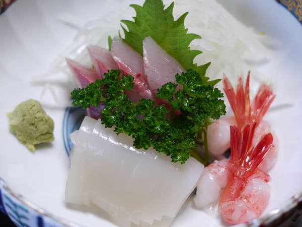 <ご夕食例>新鮮な越前の幸が詰まったお食事が並びます。ごゆっくりお召し上がり下さい。