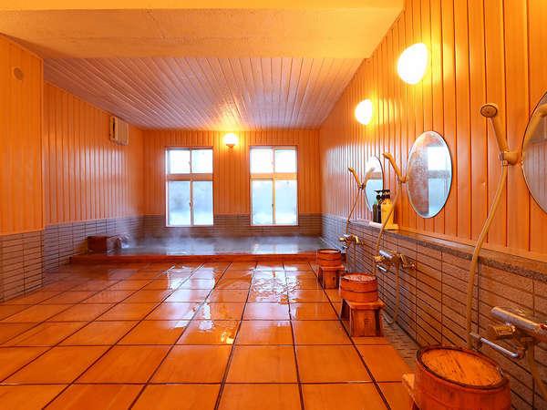 大浴場[桧の湯花明かり]は木のぬくもりに包み込まれるような優しい空間…桧の香りを感じられる浴場です