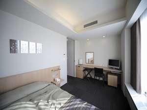 クイーンサイズのベッドを設置しているデラックスダブルルーム