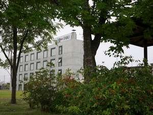 ホテル南側の東屋からみたホテルの外観