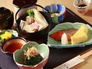 地元食材を使用した朝食の和定食(内容は仕入に応じて変更の場合があります)
