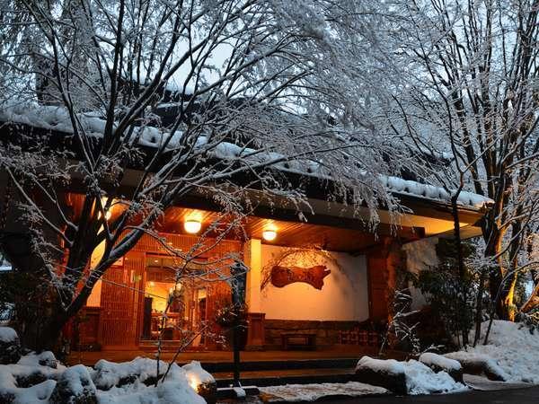 【正面玄関】雪化粧した玄関も幻想的。冬の見所の1つ♪3月頃に降ることも。※撮影3月初め頃。