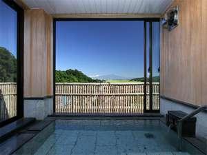 窓を開けると半露天風呂になる展望貸切風呂