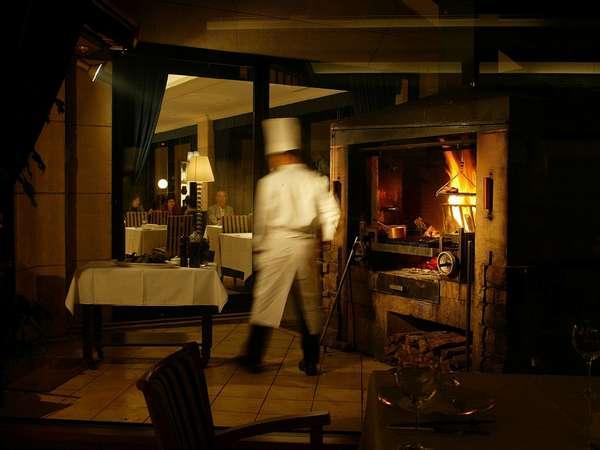 薪火のかまどで、選び抜かれた新鮮な肉や魚をジューシーに香ばしく焼き上げます
