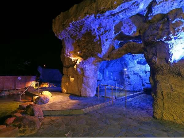 光の中でゆったり寛げる洞窟露天風呂
