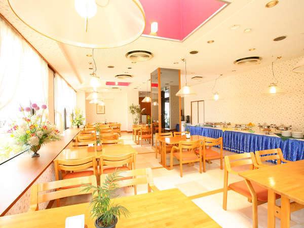 ≪レストラン≫朝食は朝日の差し込むレストランで。