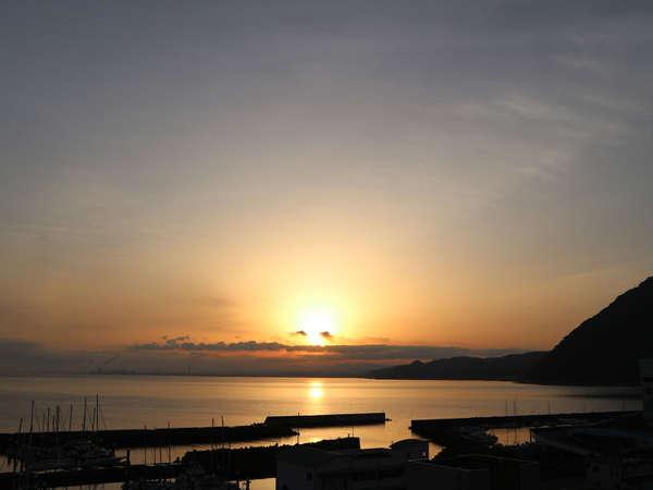 天気の良い日、海側のお部屋や6階展望大浴場では、別府湾からの朝日をご覧いただけます。