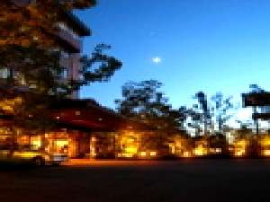 美しくライトアップされたホテル外観