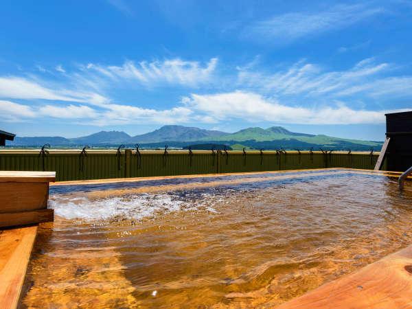 屋上展望風呂から望む阿蘇五岳。天下を取った気分になれると評判です!