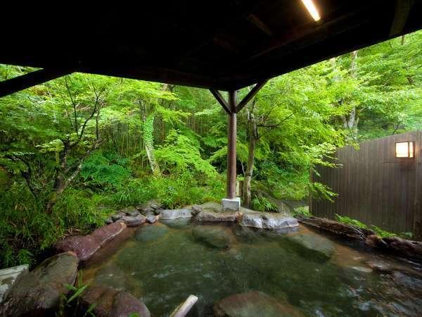 緑に囲まれた貸切露天風呂。