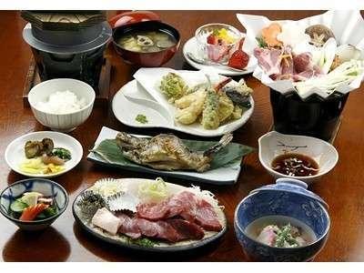 夕食料理一例。 馬刺しや熱々の虹鱒。釜炊きご飯でボリューム料理です。