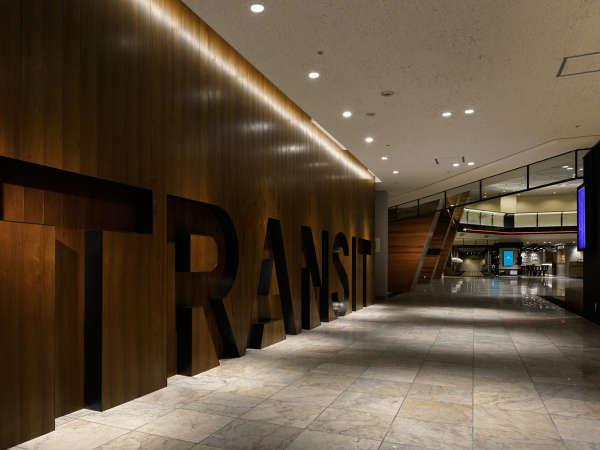 ロビーエリアに刻まれる「TRANSIT」の文字