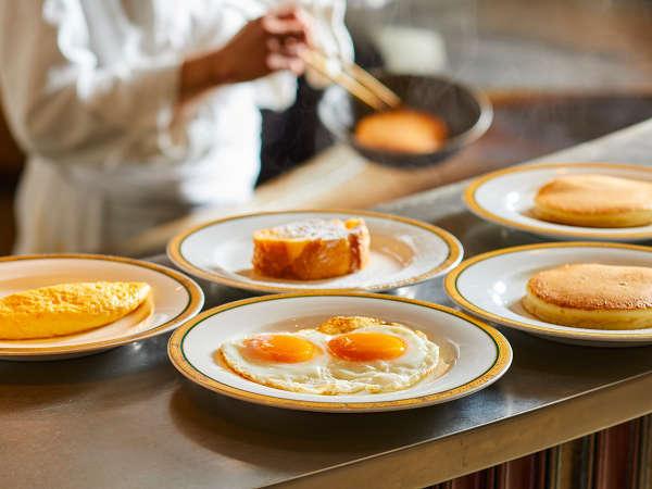 朝食のライブキッチンでは出来たての卵料理をご提供いたします(イメージ)