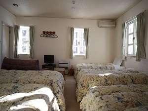 5人部屋バストイレ付・ご家族やグループの方に最適な広く清潔なお部屋です。八ヶ岳や南アルプスが望めます