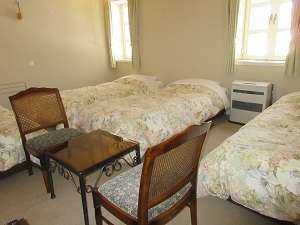四人部屋・ご家族やお友達に最適な広く清潔なお部屋です