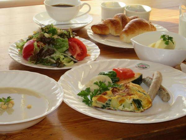 ある日の朝食*寒い季節ホットサラダをお出ししています。