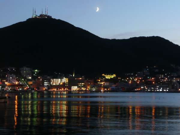 <夜の函館山>牛が寝そべるような外観から臥牛山(がぎゅうざん)とも呼ばれています