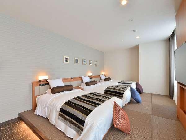 3名様利用時。最大4名様まで一緒にご利用いただけます。正ベッド3台です。ベッドサイドは琉球畳を使用。