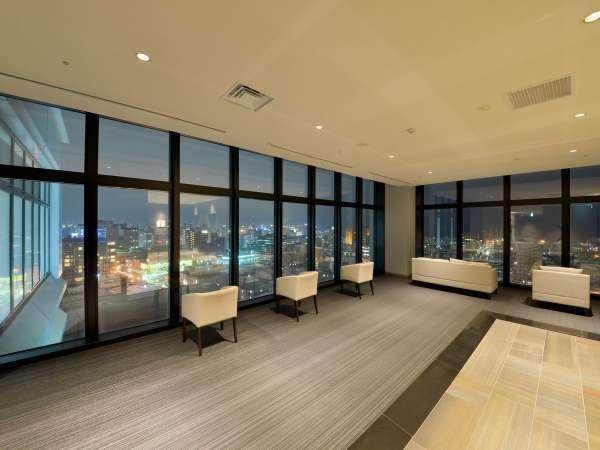 エレベーターホールからの夜景。函館の街並みをご覧いただけます。
