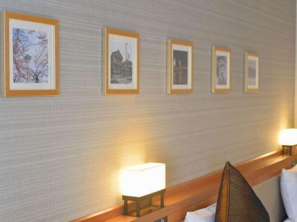 壁には、函館の街並みなどの写真が飾られています