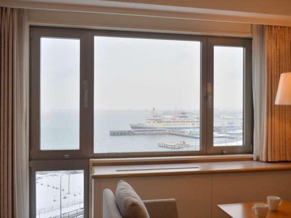 函館湾に停泊している函館市青函連絡船記念館「摩周丸」がご覧いただけるお部屋もございます