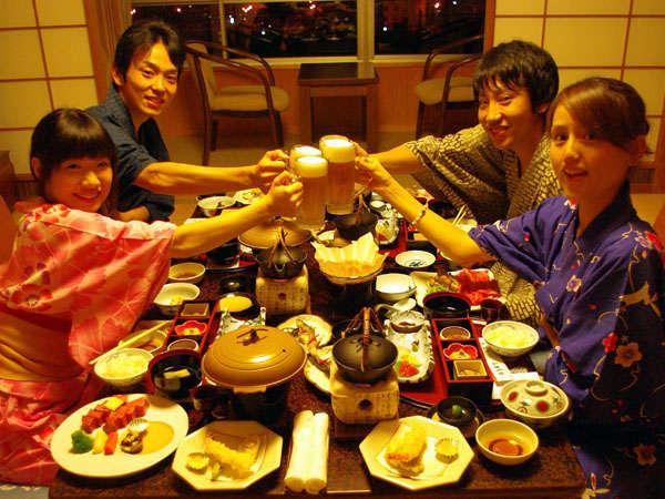 """お部屋で仲間とゆっくり食事しながら、飛騨川&下呂の夜景を""""独占""""しませんか"""