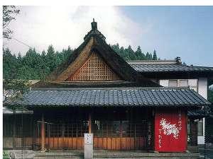 四万たむらの入母屋造りの茅葺屋根