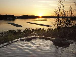 「夕なぎの湯(女湯)」の庭園露天風呂からのぞむ英虞湾 ※写真は冬(夕日が見られる期間)の景色です。