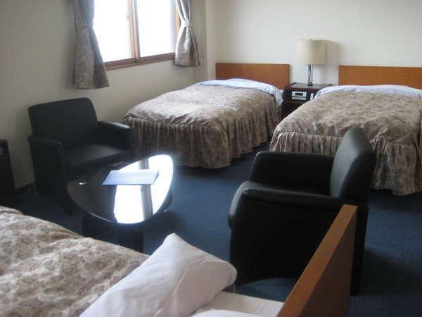 シングルベッドが3つのしゃれたトリプルルーム