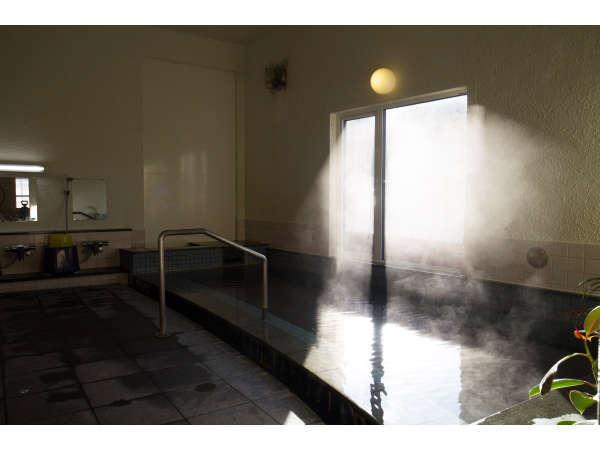 男性用の源泉かけ流しの温泉浴場