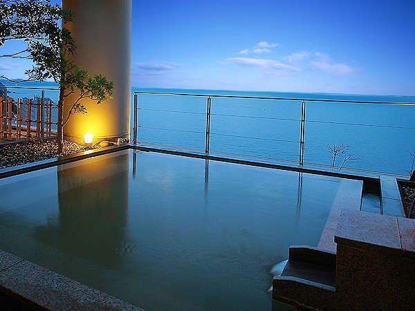 大海原が目の前に広がる絶景の露天風呂。朝陽の時刻は必見です。