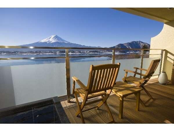 テラスからの富士と河口湖の眺望(一例):プレミアムスイート&グランドスイート