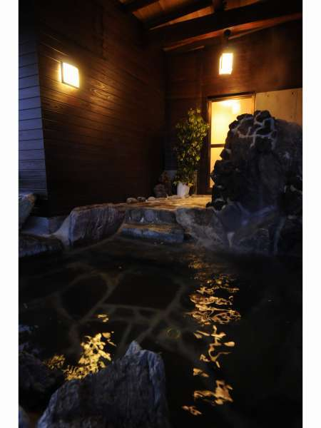展望岩風呂は大人7人くらいが入れるゆったりしたお風呂です。貸切りにてご利用いただけます(有料)