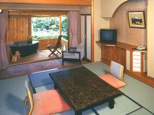 【露天風呂付客室】当館3室のみの露天風呂付き客室。専用の露天風呂で誰にも邪魔されないひとときを。