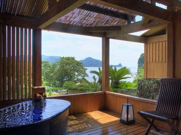 【露天風呂付客室】海を望む贅沢な露天風呂付客室。期日限定でお得なプランも取りそろえております