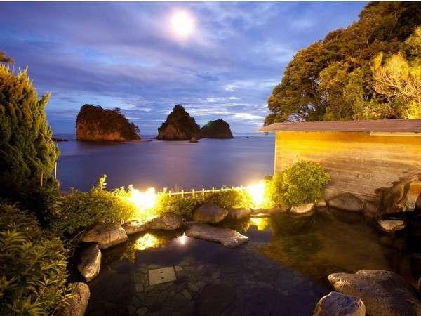 【渚の露天風呂(殿方用)】暮れゆく海を見ながらの入浴は、何とも言えない素敵な雰囲気