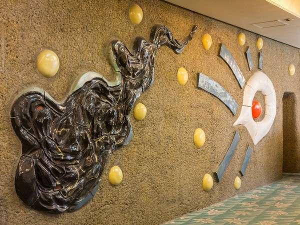 ロビーには、岡本太郎氏の作品「日の誕生」があります。