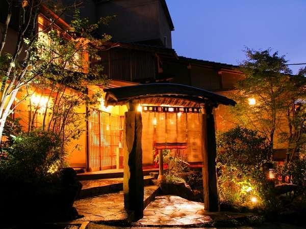小やどの玄関前は夜はライトアップ