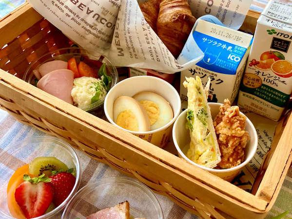 パンと卵・お肉・サラダ・飲み物をセットにした 朝食バスケット